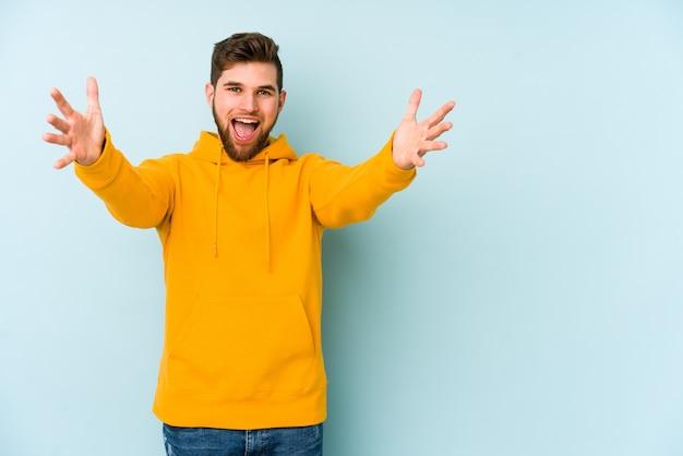 Jonge blanke man die een overwinning of succes viert, hij is verrast en geschokt.