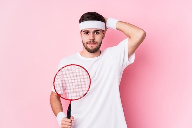 Jonge blanke man geïsoleerd badminton spelen wordt geschokt, ze heeft belangrijke bijeenkomst herinnerd.