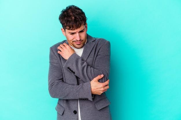 Jonge blanke man geïsoleerd op blauwe muur verward, twijfelachtig en onzeker