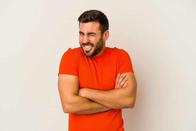 Jonge blanke man geïsoleerd op een witte achtergrond grappige en vriendelijke tong uitsteekt.