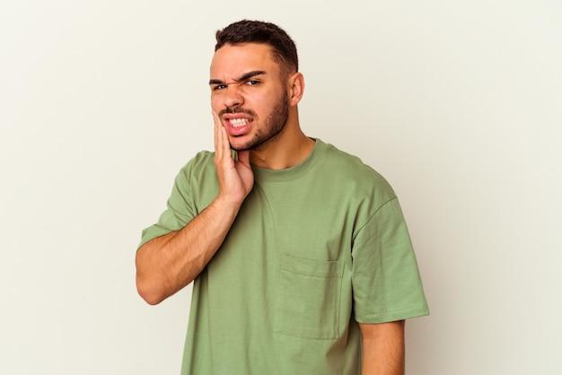 Jonge blanke man geïsoleerd op een witte achtergrond met een sterke tandenpijn, kiespijn.