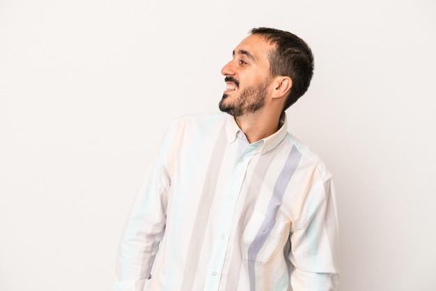 Jonge blanke man geïsoleerd op een witte achtergrond ontspannen en gelukkig lachen, nek uitgerekt met tanden.