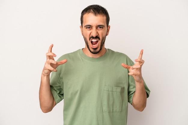 Jonge blanke man geïsoleerd op een witte achtergrond schreeuwen van woede.