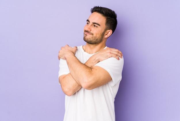Jonge blanke man knuffels, glimlachend zorgeloos en gelukkig.