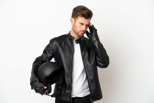 Jonge blanke man met een motorhelm geïsoleerd op een witte achtergrond met hoofdpijn
