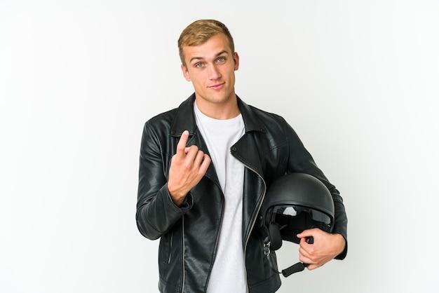 Jonge blanke man met een motorhelm geïsoleerd op wit wijzend met de vinger naar je alsof uitnodigend dichterbij komen.