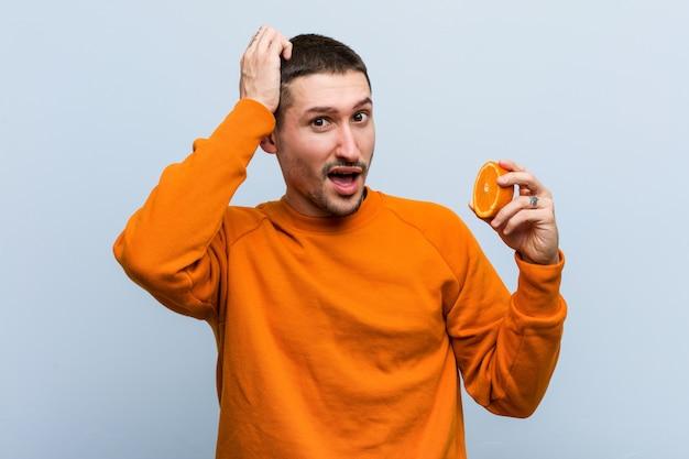 Jonge blanke man met een oranje geschokt, heeft ze belangrijke vergadering onthouden.