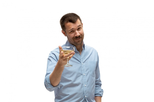 Jonge blanke man met grappige, ongebruikelijke populaire emoties en gebaren op wit wordt geïsoleerd