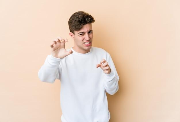 Jonge blanke man met klauwen die een kat, agressief gebaar imiteren.