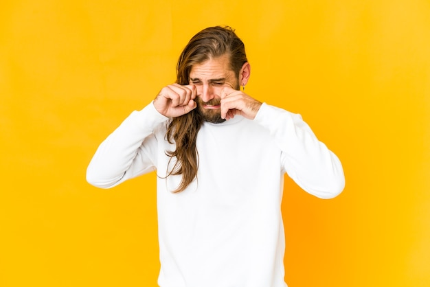 Jonge blanke man met lang haar geïsoleerd emoties uitdrukken