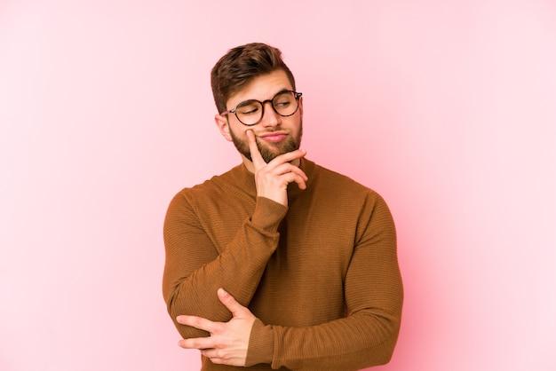 Jonge blanke man overweegt, een strategie plannen, denken