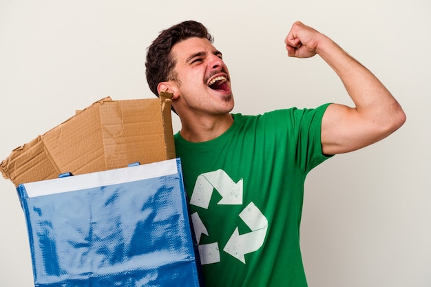 Jonge blanke man recycling van karton geïsoleerd op een witte achtergrond