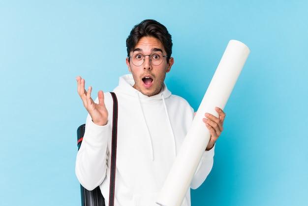 Jonge blanke man studeert geïsoleerde architectuur verrast en geschokt.