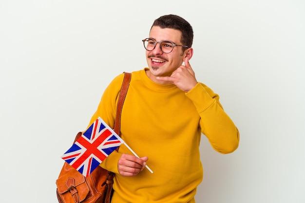 Jonge blanke man studeren engels geïsoleerd op wit met een gebaar van de mobiele telefoongesprek met vingers.