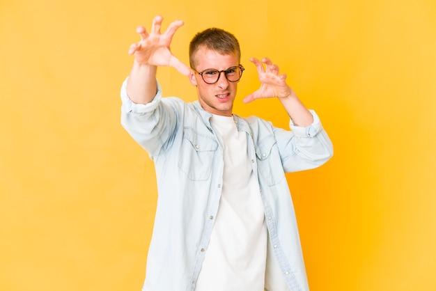 Jonge blanke man uiting van emoties geïsoleerd