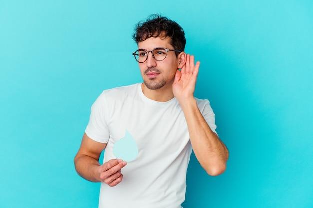 Jonge blanke man vieren wereld water dag geïsoleerd proberen te luisteren een roddels.