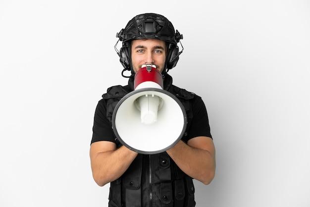 Jonge blanke mep geïsoleerd op een witte achtergrond schreeuwend door een megafoon