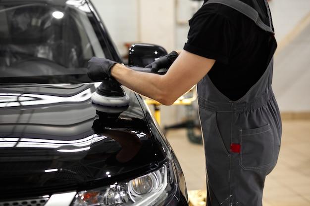 Jonge blanke professionele autoservice mannelijke werknemer