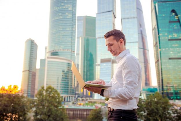Jonge blanke smartphone van de mensenholding voor het bedrijfswerk.