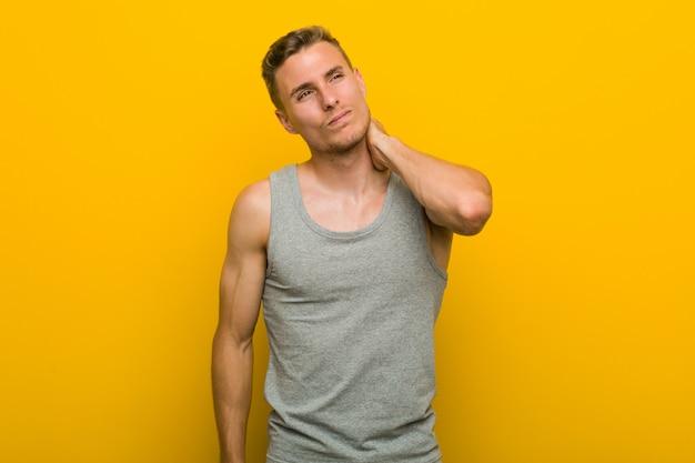 Jonge blanke sport man nekpijn lijden als gevolg van sedentaire levensstijl.