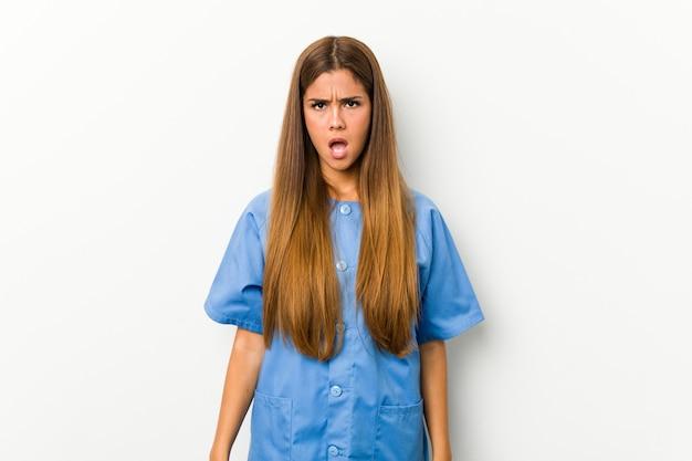 Jonge blanke verpleegster vrouw schreeuwen erg boos en agressief.