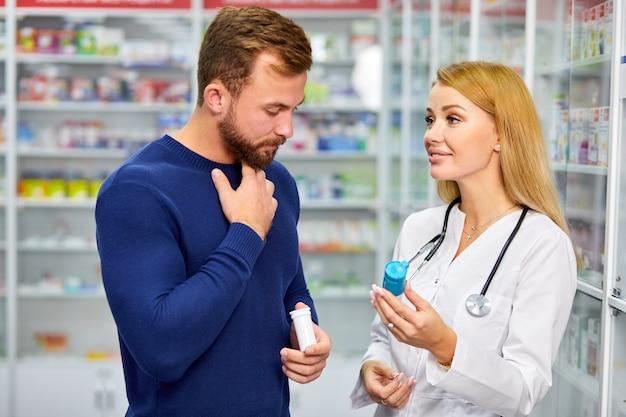 Jonge blanke volwassen man lijdt aan keelpijn