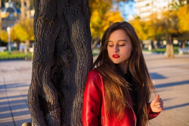 Jonge blanke vrouw die door een park loopt