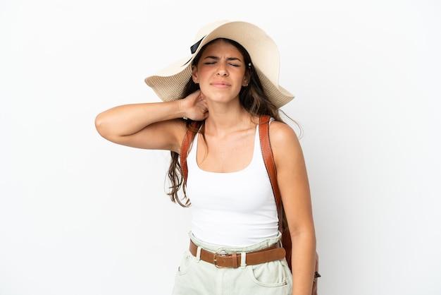 Jonge blanke vrouw die een pamela draagt in de zomervakantie geïsoleerd op een witte achtergrond met nekpijn