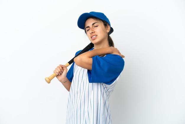 Jonge blanke vrouw die geïsoleerd honkbal speelt en aan pijn lijdt