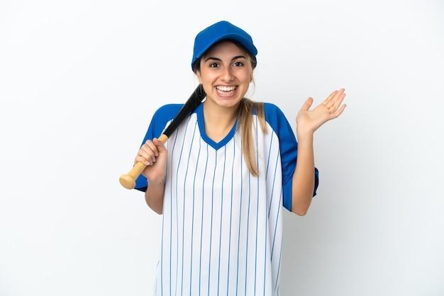 Jonge blanke vrouw die honkbal speelt geïsoleerd met geschokte gezichtsuitdrukking
