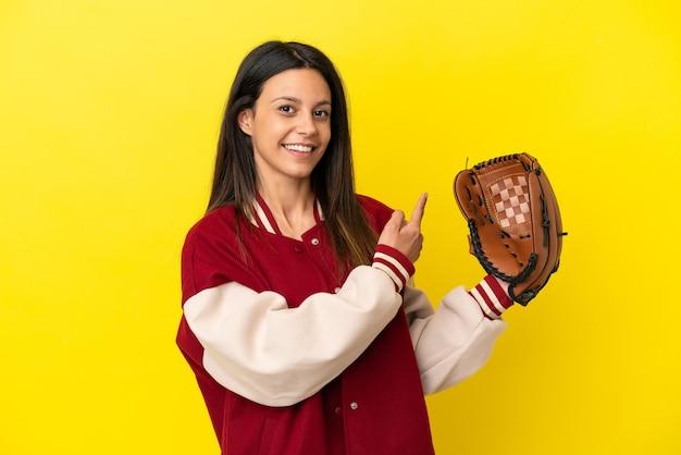 Jonge blanke vrouw die honkbal speelt geïsoleerd op een gele achtergrond die terug wijst