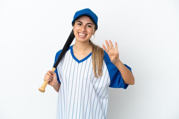 Jonge blanke vrouw die honkbal speelt geïsoleerd op een witte achtergrond gelukkig en vier tellen met vingers