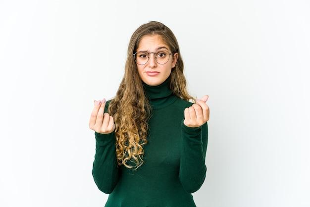 Jonge blanke vrouw die laat zien dat ze geen geld heeft.