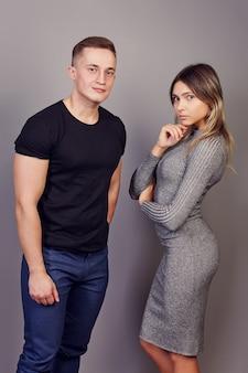 Jonge blanke vrouw en man 22 jaar oud, poseren voor fotograaf staan