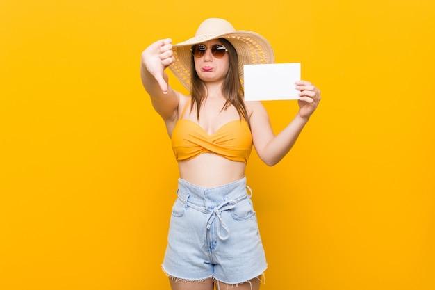 Jonge blanke vrouw gaat winkelen jonge blanke vrouw klaar om naar het strand te gaan met een bordje
