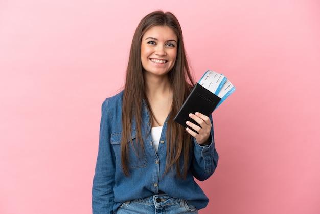 Jonge blanke vrouw geïsoleerd gelukkig in vakantie met paspoort en vliegtickets