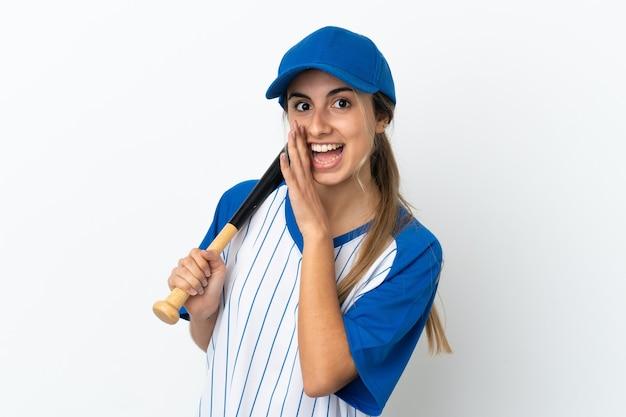 Jonge blanke vrouw geïsoleerd honkbal spelen en iets fluisteren
