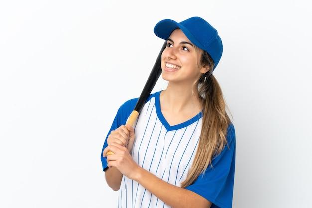 Jonge blanke vrouw geïsoleerd honkbal spelen en opkijken terwijl ze lacht