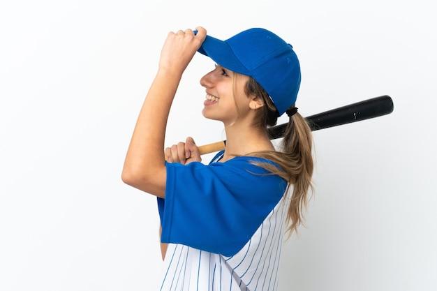 Jonge blanke vrouw geïsoleerd honkbal spelen