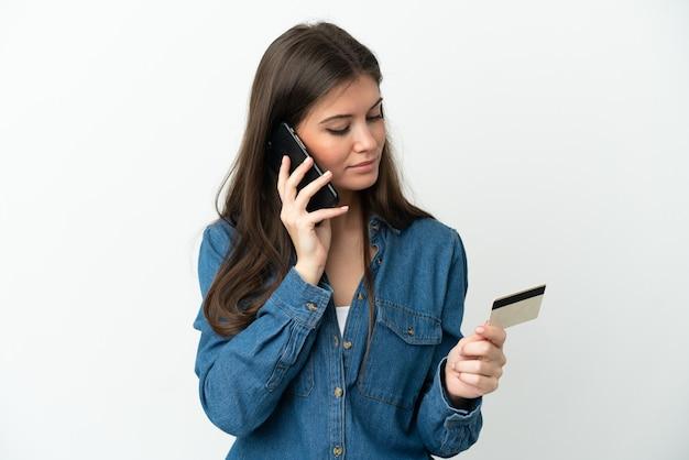 Jonge blanke vrouw geïsoleerd kopen met de mobiel met een creditcard