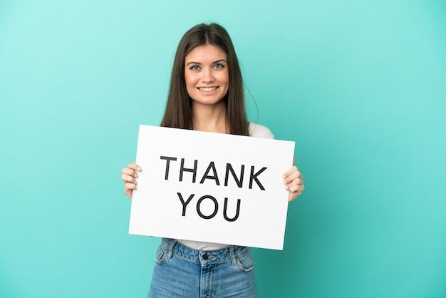 Jonge blanke vrouw geïsoleerd met een bordje met de tekst bedankt met een gelukkige uitdrukking