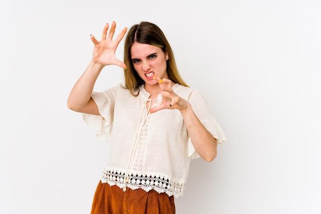 Jonge blanke vrouw geïsoleerd op een witte achtergrond boos schreeuwen met gespannen handen.