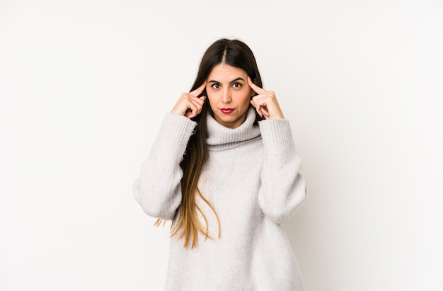 Jonge blanke vrouw geïsoleerd op een witte achtergrond gericht op een taak, wijsvingers hoofd houden.