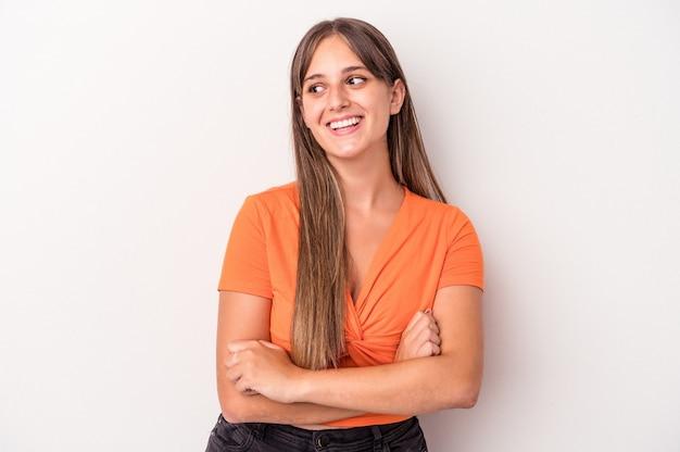 Jonge blanke vrouw geïsoleerd op een witte achtergrond glimlachend vertrouwen met gekruiste armen.