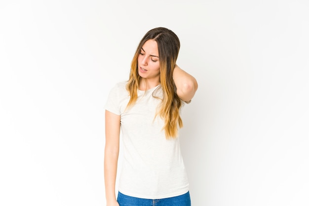 Jonge blanke vrouw geïsoleerd op een witte achtergrond met nekpijn als gevolg van stress, masseren en aanraken met de hand.