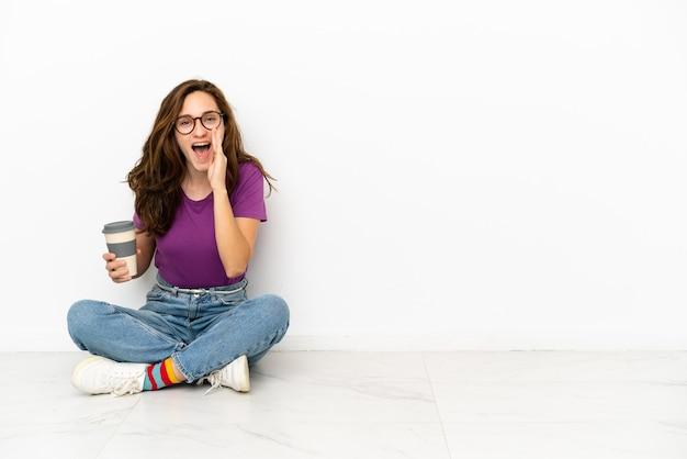 Jonge blanke vrouw geïsoleerd op een witte achtergrond schreeuwen met wijd open mond