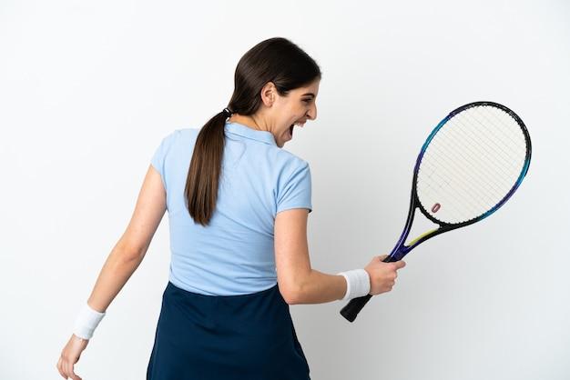 Jonge blanke vrouw geïsoleerd op een witte achtergrond tennissen en het vieren van een overwinning