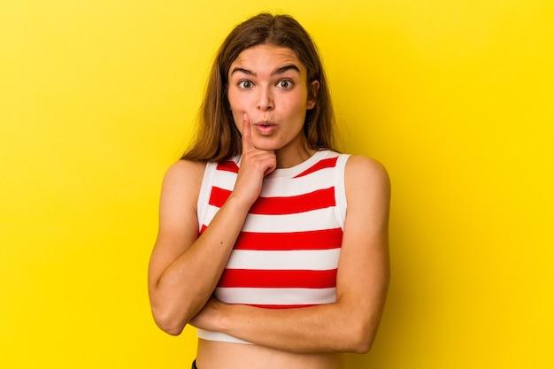 Jonge blanke vrouw geïsoleerd op gele achtergrond met een geweldig idee, concept van creativiteit.