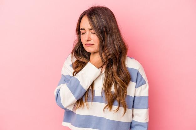 Jonge blanke vrouw geïsoleerd op roze achtergrond lijdt aan pijn in de keel als gevolg van een virus of infectie.