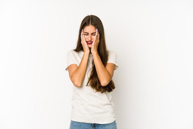 Jonge blanke vrouw geïsoleerd op wit troosteloos janken en huilen.